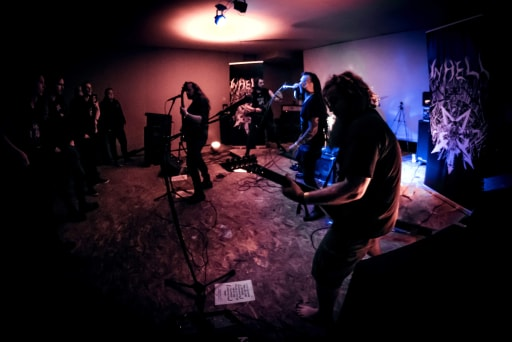 http://www.inhellband.com/PHOTOS-GROUPE-INHELL/SHOOTINGPHOTOPTO-INHELL-BOBZOMBIEPICS/GROUPE%20COMPLET1.jpg